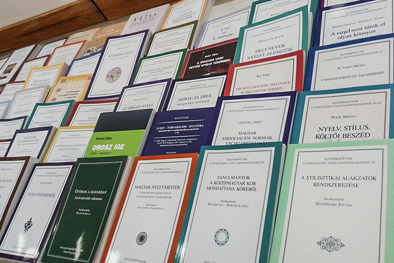 """""""A nyelv híd, amely nemzedékeket köt össze"""" – a Tinta Kiadó decemberi könyvbemutatója"""